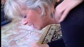 Granny blonde sexy - vecchia bionda molto troia succhia cazzo