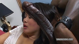 Curvy cutie kiwi ling is on her knees and engulfing 10-Pounder